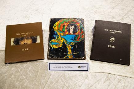 Berlínská policie dnes představila některé ze zhruba stovky kradených věcí z pozůstalosti legendárního člena kapely The Beatles Johna Lennona. Položky pocházejí z krádeží nejpozději z roku 2006 v newyorském bytě vdovy po hudebníkovi Yoko Ono. Na snímku tři diáře Johna Lennona.