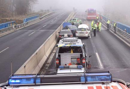 Hasiči zasahovali ráno 23. listopadu na dálnici D6 za sjezdem na Sokolov a Loket ve směru na Karlovy Vary u hromadné nehody deseti aut. Řidiči zřejmě nepřizpůsobili rychlost jízdy na namrzlém povrchu silnice na mostě. Nebylo nutné nikoho vyprostit. Silnici se podařilo opět otevřít krátce po 12:00.