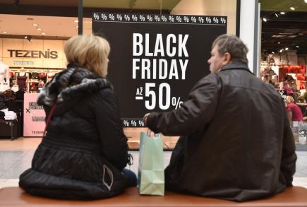 Některé tuzemské obchodní řetězce a e-shopy spustily 24. listopadu na tzv. Černý pátek výprodeje, obchodníci slibují slevy v řádu desítek procent. Na snímku je prodejna Tezenis v nákupním centru Olympia u Brna.
