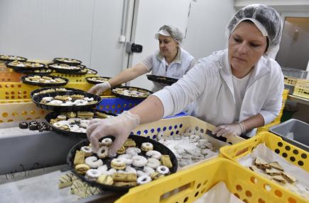 Pracovnice břeclavského pekařství Delikana Zuzana Vašinová (vpředu) 4. prosince při výrobě vánočního cukroví.