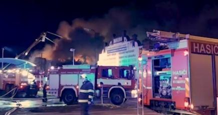 V pražské Vinoři dnes hořely dvě skladové haly s obalovým materiálem, uvnitř vybuchovaly tlakové lahve. U požáru se střídaly tři desítky jednotek profesionálních a dobrovolných hasičů. Kvůli velikosti zásahu byl vyhlášen nejvyšší stupeň poplachu, řekl ČTK mluvčí pražských hasičů Martin Kavka.