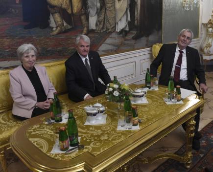 Podnikatel Stephen King (uprostřed) předal 6. prosince v Praze českému prezidentovi Miloši Zemanovi své pověřovací listiny, a stal se tak devátým americkým velvyslancem v České republice. Vlevo je Kingova manželka Karen.