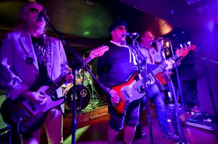 V Klubu 007 na pražském Strahově se 7. prosince konala rekonstrukce prvního koncertu kapely Visací zámek, přesně po 35 letech účinkování české punkové legendy.