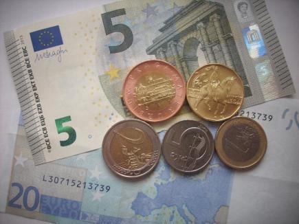 Koruna dnes stagnovala vůči euru, posílila k dolaru