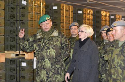 Ministryně obrany Karla Šlechtová navštívila dne 20. prosince 2017 muniční sklad v Trávčicích na Litoměřicku. Na snímku vlevo je náčelník Generálního štábu Armády České republiky Josef Bečvář.