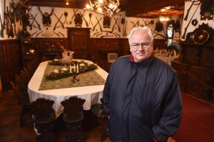Miroslav Pavlíček, který pracoval 27 let jako památkář a od roku 2003 dělal kastelána na Hluboké, odchází 1. ledna příštího roku do důchodu. Na snímku pořízeném 17. prosince je v lovecké jídelně hlubockého zámku.