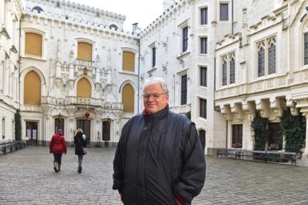 Miroslav Pavlíček, který pracoval 27 let jako památkář a od roku 2003 dělal kastelána na Hluboké, odchází 1. ledna příštího roku do důchodu. Na snímku pořízeném 17. prosince je na nádvoří hlubockého zámku.