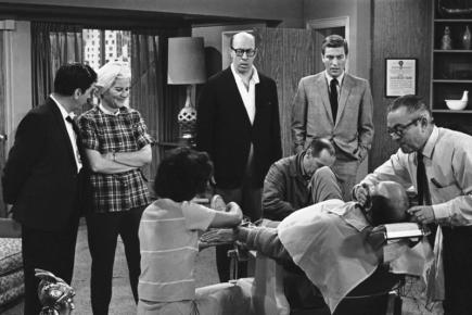 Záběr ze sitcomu The Dick Van Dyke Show (Show Dicka Van Dykea). Zleva stojí Morey Amsterdam, Rose Marieová, Richard Deacon a Dick Van Dyke.