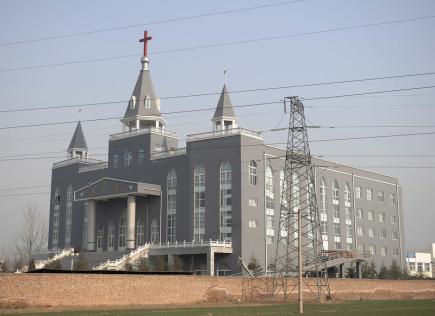 V severní Číně nechaly úřady tento týden strhnout známý obří evangelický kostel (na snímku z roku 2009), který byl dlouhodobě trnem v oku vládě a stal se již v minulosti terčem razií. Svědci a aktivisté podle agentury AP uvedli, že polovojenské síly zbořily kostel ve městě Lin-fen v provincii Šan-si v úterý s použitím bagrů a dynamitu.
