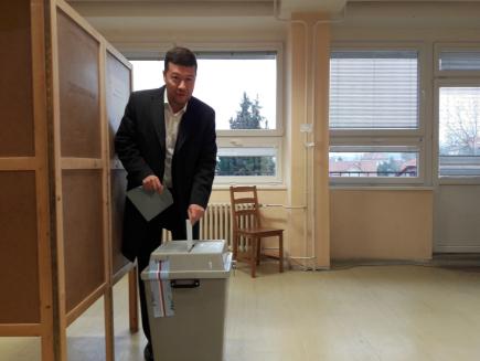 Předseda hnutí SPD a místopředseda Poslanecké sněmovny Tomio Okamura odevzdal 12. ledna 2018 na ZŠ Kozinova v pražské Hostivaři svůj hlas v prvním kole prezidentských voleb.