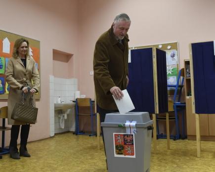 Prezidentský kandidát Mirek Topolánek volil 12. ledna v Praze v prezidentských volbách.