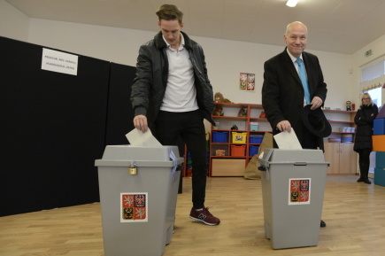 Prezidentský kandidát Pavel Fischer (vpravo) odevzdal svůj hlas v první den prvního kola prezidentských voleb 12. ledna 2018 v Praze Pitkovicích.