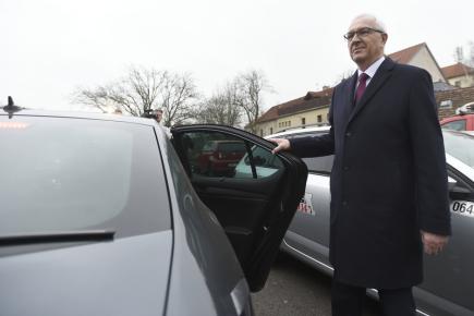 Prezidentský kandidát Jiří Drahoš odjíždí od volební místnosti v pražských Lysolajích, kder odevzdal 12. ledna 2018 svůj hlas v prvním kole prezidentských voleb.