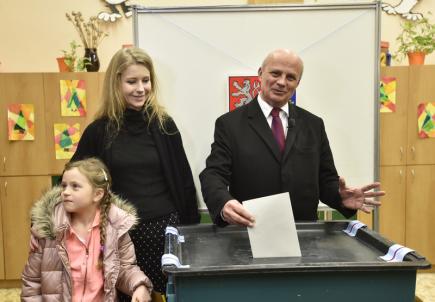 Prezidentský kandidát Michal Horáček s manželkou Michaelou a dcerou Julií ve volební místnosti v Roudnici nad Labem, kde odevzdal svůj hlas v prvním kole prezidentských voleb 12. ledna 2018.