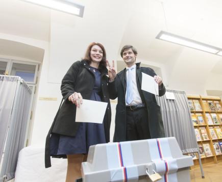 Prezidentský kandidát Marek Hilšer a jeho manželka Monika odevzdali svůj hlas v prvním kole prezidentských voleb 12. ledna 2018 v Praze.