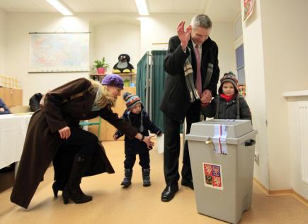 Prezidentský kandidát Jiří Hynek přišel spolu s manželkou Eliškou a svými syny odevzdat 12. ledna 2018 v základní škole v Jesenici u Prahy svůj hlas v prvním kole prezidentských voleb.