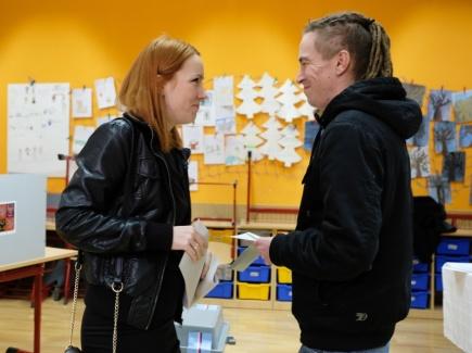 Předseda Pirátů Ivan Bartoš s manželkou Lydií odevzdali svůj hlas v prvním kole prezidentských voleb 12. ledna 2018 v Praze.