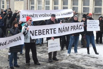 Demonstrace zaměstnanců společnosti Vítkovice Power Engineering proti většinovému vlastníkovi strojírenských Vítkovic Janu Světlíkovi a proti žalobě za zrušení prodeje výrobních částí firmy se konala 9. února 2018 v Ostravě.
