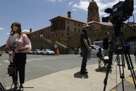 Novináři čekají před sídlem jihoafrického prezidenta v Pretorii.