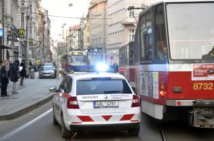 Provoz tramvají v centru Prahy komplikovala 23. února odpoledne prasklá kolej. Na snímku tramvaje a nehodový vůz ve Vodičkově ulici.
