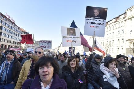 Na Václavském náměstí v Praze se 25. února konala demonstrace za svobodu, demokracii a svobodné podnikání. Akci v den výročí takzvaného vítězného února uspořádali zástupci občanských iniciativ, podnikatelských sdružení, některých parlamentních i neparlamentních politických stran a Konfederace politických vězňů.