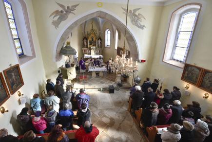 V Číhošti na Havlíčkobrodsku si 25. února navzdory mrazivému počasí připomnělo více než sto poutníků výročí smrti tamního faráře Josefa Toufara, kterého státní bezpečnost obvinila ze zinscenování takzvaného číhošťského zázraku s pohybujícím se křížem. Na následky mučení zemřel 25. února 1950. Vzpomínkovou mši svatou sloužil opat novoříšského kláštera Marian Rudolf Kosík.