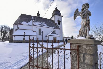 V Číhošti na Havlíčkobrodsku si navzdory mrazivému počasí připomnělo více než sto poutníků výročí smrti tamního faráře Josefa Toufara, kterého státní bezpečnost obvinila ze zinscenování takzvaného číhošťského zázraku s pohybujícím se křížem. Na následky mučení zemřel 25. února 1950. Vzpomínkovou mši svatou sloužil opat novoříšského kláštera Marian Rudolf Kosík. Na snímku je číhošťský kostel Nanebevzetí Panny Marie.