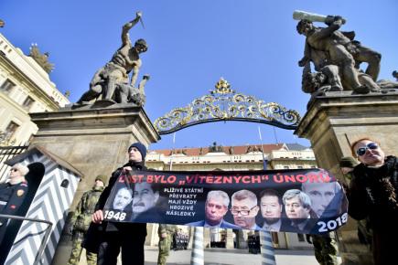 Před Pražským hradem protestovali 25. února 2018 aktivisté ze skupiny Kaputin proti vývoji v Česku, který označují za plíživou likvidaci demokracie. Pro svůj protest si symbolicky vybrali 70. výročí února 1948, kdy komunisté převzali moc. Akci dali název Dost bylo vítězných únorů. Skupina rozvinula při střídání hradní stráže před Matyášovou bránou transparent s výzvou, aby lidé ve volbách přemýšleli, komu dávají svůj hlas.