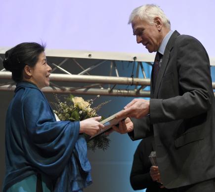 Předáním ceny za lidská práva Homo Homini vietnamské blogerce Pham Doan Trang, za kterou cenu převzala Mai Nguyen (vlevo), začal 5. března večer v Praze 20. ročník festivalu Jeden svět. Cenu předával novinář Jan Urban (vpravo).