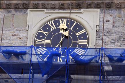 Na pražské Staroměstské radnici byly 9. března 2018 v pravé poledne zprovozněny hodiny umístěné pod ochozem věže radnice. Původní poválečné černobílé ciferníky nahradily černozlaté, které se vzhledem podobají těm z roku 1787, kdy se hodiny na věži objevily poprvé. Oprava byla součástí celkové rekonstrukce Staroměstské radnice, která má skončit letos v září.