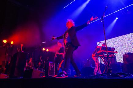 Skotská indie-rocková kapela Franz Ferdinand vystoupila 9. března 2018 v pražském Foru Karlín. V popředí je kytarista, zpěvák a frontman skupiny Alex Kapranos.