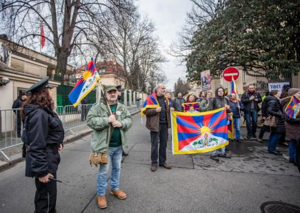 Před Čínskou ambasádou v pražských Dejvicích se 10. března sešly zhruba dvě stovky lidí na podporu lidských práv v Tibetu. Happening se konal v rámci každoroční akce Vlajka pro Tibet, kdy je úřady a školy vyvěšují na podporu Tiběťanů.