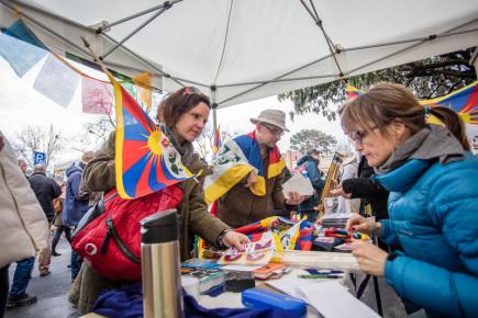 Před Čínskou ambasádou v pražských Dejvicích se 10. března sešly zhruba dvě stovky lidí na podporu lidských práv v Tibetu. Happening se konal v rámci každoroční akce Vlajka pro Tibet, kdy je úřady a školy vyvěšují na podporu Tiběťanů. Součástí byla možnost podepsat petici za propuštění Číňany vězněného Tibeťana Tašiho Wangčuka. Akci pořádala organizace Amnesty International společně se sdružením Lungta.