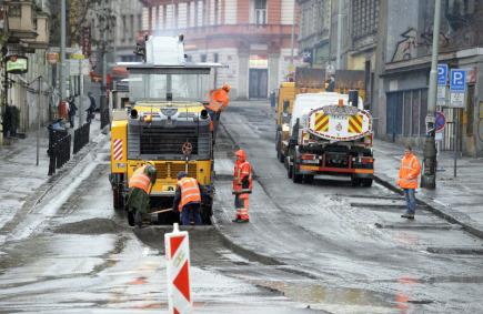 Začínající oprava Husitské ulice v Praze 3 (na snímku) zkomplikovala 12. března dopravu v souběžné Seifertově ulici i v přilehlém okolí.