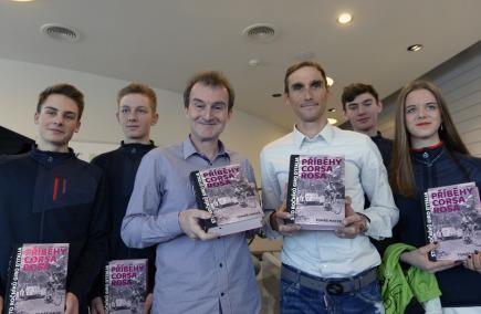 Cyklista Roman Kreuziger (třetí zprava) pokřtil knihu Tomáše Macka (třetí zleva) Příběhy Corsa Rosa na tiskové konferenci v Praze, kde 13. března 2018 představil akademii pro talentované cyklisty, kterou zaštítil svým jménem.