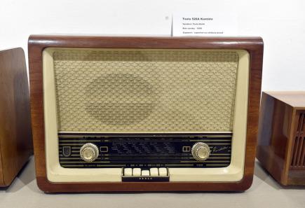 Galerie Informačního centra v Hulíně na Kroměřížsku vystavuje staré radiopřijímače. Na snímku ze 14. března 2018 je radiopřijímač Tesla 526 Kantáta z roku 1958.