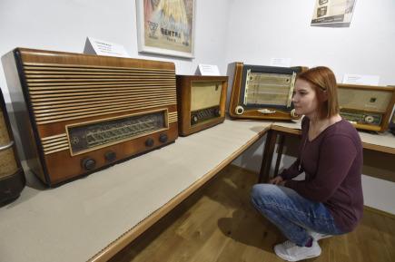 Galerie Informačního centra v Hulíně na Kroměřížsku vystavuje staré radiopřijímače. Na snímku ze 14. března 2018 je radiopřijímač Tesla 605A Blaník (vlevo) z roku 1951.