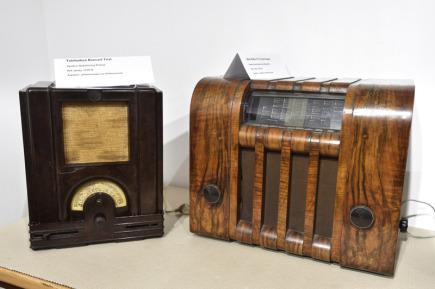 Galerie Informačního centra v Hulíně na Kroměřížsku vystavuje staré radiopřijímače. Na snímku ze 14. března 2018 je vlevo radiopřijímač Telefunken Koncert Trial z roku 1934 a vpravo Ideal Radio S 57 z roku 1935.