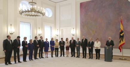 Nový německý kabinet v čele s kancléřkou Angelou Merkelovou (druhá zprava), vpravo je prezident Frank-Walter Steinmeier.