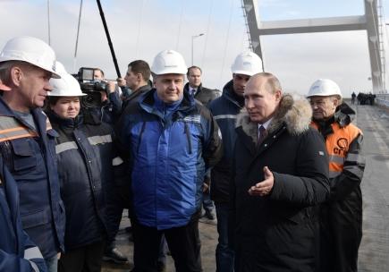 Ruský prezident Vladimir Putin, hovoří s dělníky na mostě spojujícím Krym s pevninským Ruskem.
