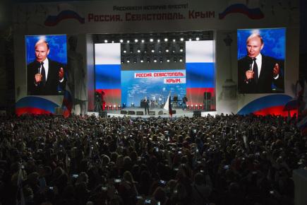 Ruský prezident Vladimir Putin hovoří k shromáždění v Sevastopolu na Krymu.