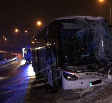 Na 21. kilometru Pražského okruhu u exitu Jinočany se srazil 17. března ráno kamion s autobusem (na snímku). Hasiči vyprostili zraněného řidiče autobusu, kterého převzala do péče záchranná služba. Přečerpali také naftu z poškozené nádrže nákladního vozidla.
