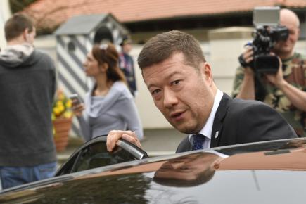 Předseda SPD Tomio Okamura při odjezdu z Lán 12. dubna 2018 po jednání s prezidentem Milošem Zemanem o situaci kolem vyjednávání o nové vládě.