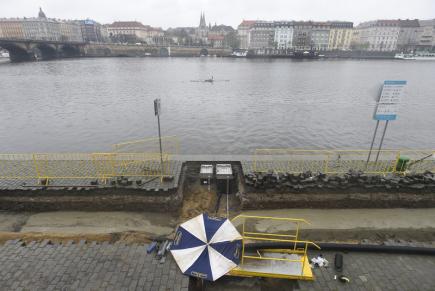 Praha chce postupně opravit všechny náplavky, které se v sezoně proměňují v místo společenského setkávání a navštíví je tisíce lidí. Na snímku z 16. dubna je staveniště na Smíchovské náplavce.