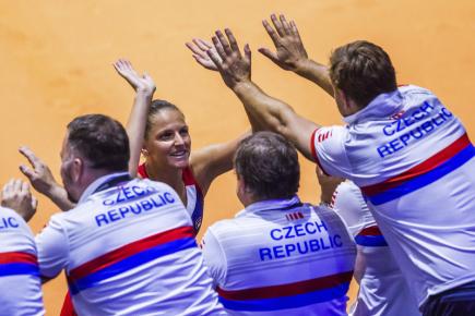 Český tým oslavuje po vítězství Karolíny Plíškové nad německou tenistkou Angelique Kerberovou v zápase semifinále Fed Cupu hraném 21. dubna 2018.