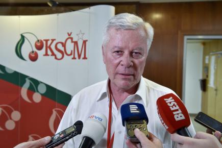 Neúspěšný kandidát na předsedu KSČM Josef Skála hovoří s novináři 21. dubna 2018 v Nymburce na mimořádném sjezdu strany. Funkci předsedy KSČM obhájil Vojtěch Filip.