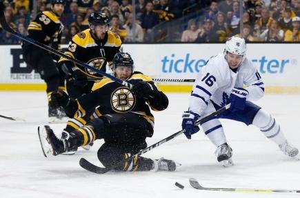 David Pastrňák z Bostonu (vlevo) v souboji s Mitchellem Marnerem z Toronta v utkání play off NHL hraném 21. dubna 2018.