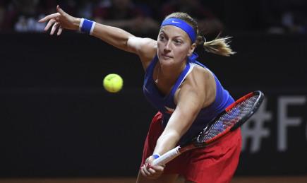Petra Kvitová v utkání semifinále Fed Cupu proti německé tenistce Angelique Kerberové hraném 22. dubna 2018.