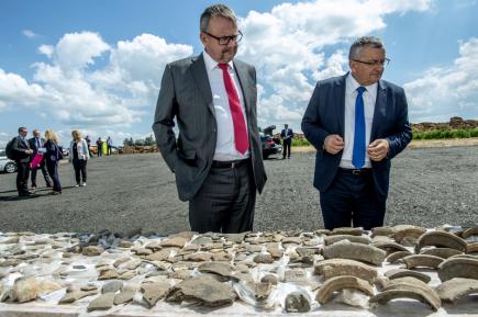 Ministr dopravy v demisi Dan Ťok (vlevo) a polský ministr infrastruktury a stavebnictví Andrzej Adamczyk si 15. května 2018 při zahájení výstavby úseku dálnice D11 mezi Smiřicemi a Jaroměří prohlížejí předměty, které byly nalezeny při archeologickém průzkumu na stavbě dálnice.