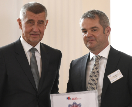Premiér v demisi Andrej Babiš (vlevo) předal na setkání lídrů českého stavebnictví 4. června 2018 v Praze předsedovi představenstva společnosti Strabag Ondřeji Novákovi (vpravo) Cenu TOP Stavební firma za rok 2017.